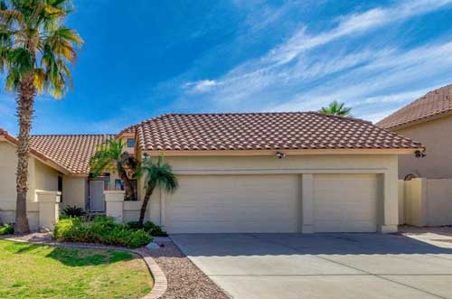 Oro Valley home with single and double car garage